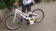 奇闻趣事:10岁小学生将电钻装上自行车,骑车上