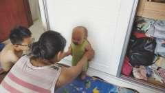 好开心!宝宝扶着柜门能站住了,妈妈和哥哥给