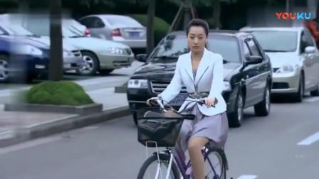 苦咖啡:美女穿着短裙骑自行车,路边的小伙看