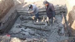 村民挖古墓遇离奇事件,掘机撬开后专家瞬间吓