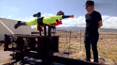 奇闻趣事:人体速度200kmh威力多大?小伙变身超