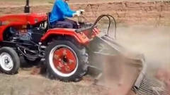 农村牛人把拖拉机改装成挖掘机,干活的效率厉