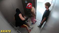 两小伙进电梯就开始挑衅,结果四人纠缠在一起
