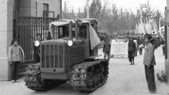 历史上的7·20:中国第一台拖拉机出厂,李小龙离
