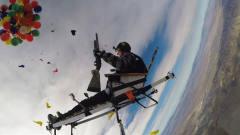 牛人用100个氢气球飞向高空,降落方式真特别,