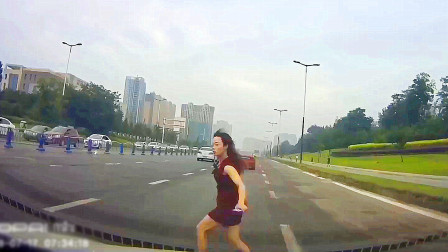 跑步横穿快速路 保险能赔钱但不赔命 中国交通事故合集2019