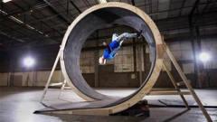 外国牛人挑战地心引力,制作360°立体跑道,网友