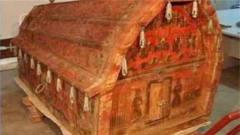 考古发现千年古墓,红色棺材内有一女尸,专家