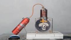 牛人自制的蒸汽机,用木头和瓶子做成,启动后
