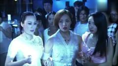 美女在酒吧被小混混欺负,高中同学一出面小混