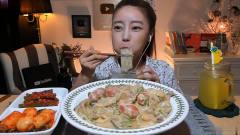 韩国美女吃一大碗*油宽粉,搭配腌萝卜和饮料,