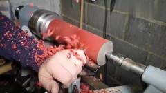 牛人将一根木头,用车床加工成了一个高脚杯,