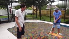 奇闻趣事:在2千个遮阳球中游泳是什么感觉?跳