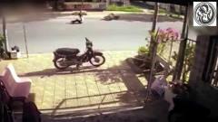 摩托车同时摔倒,大白天遇灵异事件,是什么意