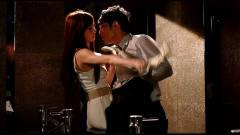 男子和美女酒吧喝嗨了,直接在卫生间就亲吻了