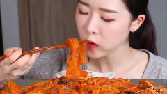 中国宽粉在韩国有多火?把整整一碗粉拌在菜里