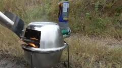 牛人发明:流浪汉发明了一台炉子,野外抓把草