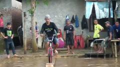 超难的自行车挑战过独木桥!个个都认为自己是