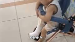 搞笑视频:就算腿上打石膏,也不能阻挡我想蹦