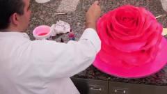 牛人给蛋糕穿了20多层衣服,喷上色素后,同事才