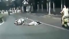 灵异事件:电动车妹子突然摔倒趴在马路上一动