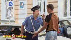 工作人员给司机示范吹酒精探测仪,接着路人的
