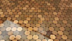国外牛人装修为了省钱,用硬币当作地板,网友