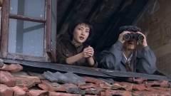 俩特工正在监视鬼子,谁知小伙盯着不动了,下
