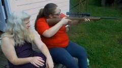 国外美女实弹 射击小口径步枪,后坐力好小的感