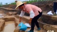 古墓发掘遇上大雨 考古队搭篷布挖排水g 土方里