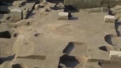不同颜色的土 堆积夯筑而成的建筑遗迹 考古队员