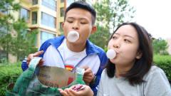 美女摆吹泡泡糖游戏,吹的大奖励绝地求生装备