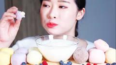 国外美女吃播:麻糬、糕点、酸奶,有跟我一样