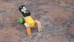 几根冰棍加电机制造出爬行机器人,真是牛人