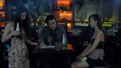 美女在酒吧热舞,被富豪看上,非要拉着她陪酒