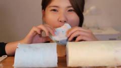 韩国美女吃用刀切的棉花糖,跟吃蛋糕卷一样