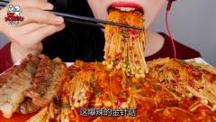 """韩国美女极限挑战,吃""""爆辣""""金针菇,大口咀"""