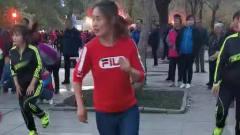 东北佳木斯全民跳广场舞,美女老师跳的活力四