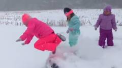 搞笑熊孩子:大冬天的就用雪洗个脸吧!就想问