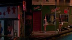 两美妇街头跳钢管舞,很危险的!