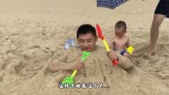搞笑视频:这个爸爸看起来,智商有点低呀!