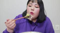 吃播:韩国女吃货试吃超大份火锅料理,看她吃