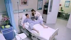 警察男友受伤住院,女友来看望他,男友的反应