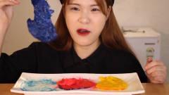 韩国美女当顺吃彩色芝士,就是这染料太掉色了