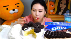 韩国美女卡妹吃奥利奥蛋糕,这喝*油的速度真惊