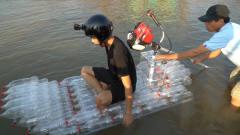 牛人用可乐瓶做成一艘小船,下水的那一秒,网