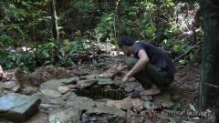 荒野牛人热带雨林野外生存,用竹子自制水井,