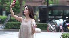 美女光顾着自拍,连冰淇淋被偷吃了都不知道!