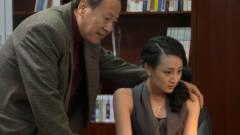 女秘书深夜加班,老总故意把手搭在美女身上,