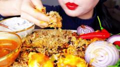 国外美女吃播:手抓饭辣子鸡+咖喱+鸡蛋+洋葱,